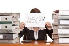 La mujer de negocios necesita ayuda manejar el trabajo Fotos de archivo libres de regalías