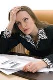 La mujer de negocios piensa en el problema Fotos de archivo libres de regalías