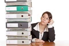 La mujer de negocios piensa en solucionar problema Fotos de archivo