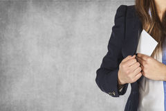 La mujer de negocios pone un sobre en su bolsillo, espacio t siguiente de la copia imagen de archivo