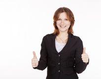 La mujer de negocios que muestra un gesto todo es buena Foto de archivo