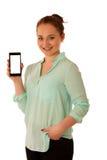 La mujer de negocios que muestra un mensaje en una pantalla de un teléfono elegante es Fotografía de archivo
