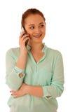La mujer de negocios que muestra un mensaje en una pantalla de un teléfono elegante es Imagenes de archivo