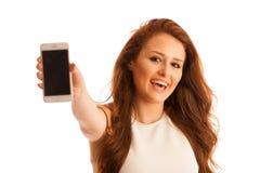 La mujer de negocios que muestra un mensaje en una pantalla de un teléfono elegante es Foto de archivo