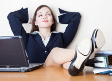 La mujer de negocios se está relajando en el trabajo Imágenes de archivo libres de regalías