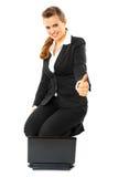 La mujer de negocios sonriente que muestra los pulgares sube gesto Imagen de archivo libre de regalías
