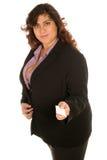 La mujer de negocios sostiene hacia fuera su tarjeta Foto de archivo