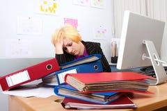 La mujer de negocios tiene un dolor de cabeza fotos de archivo libres de regalías