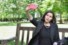 La mujer de negocios toma un selfie imagenes de archivo