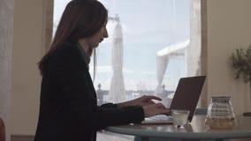 La mujer de negocios trabaja interior en el ordenador portátil personal almacen de video