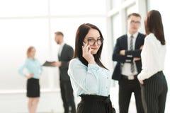 La mujer de negocios utiliza el teléfono móvil para la conversación del negocio foto de archivo libre de regalías