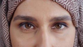 La mujer de Oriente Medio con los ojos se cerró almacen de video