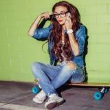 La mujer de pelo largo hermosa con un smatrphone le gusta iphone cerca de a Imagen de archivo libre de regalías