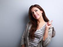La mujer de pensamiento sonriente feliz tiene una idea y mirada para arriba Imagenes de archivo