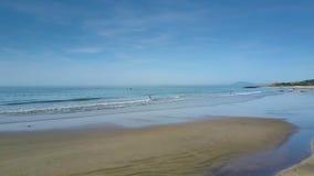 La mujer de la playa de la arena va a limpiar el mar debajo de Serene Sky