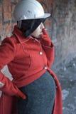 La mujer de Prenant fuma Imagen de archivo libre de regalías
