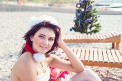 La mujer de reclinación el invierno vacation en lugares calientes Fotografía de archivo