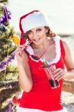 La mujer de reclinación el invierno vacation en lugares calientes Fotos de archivo libres de regalías