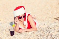 La mujer de reclinación el invierno vacation en lugares calientes Imágenes de archivo libres de regalías