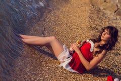La mujer de reclinación el invierno vacation en lugares calientes Imagen de archivo libre de regalías