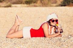 La mujer de reclinación el invierno vacation en lugares calientes Imagen de archivo