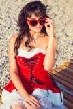 La mujer de reclinación el invierno vacation en lugares calientes Foto de archivo libre de regalías