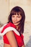 La mujer de reclinación el invierno vacation en lugares calientes Fotografía de archivo libre de regalías