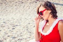La mujer de reclinación el invierno vacation en lugares calientes Fotos de archivo
