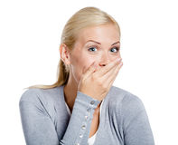 La mujer de risa cubre la boca con la mano Foto de archivo