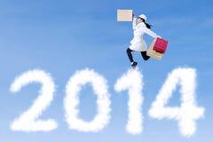 La mujer de Shopaholic anuncia el Año Nuevo 2014 Imagen de archivo libre de regalías