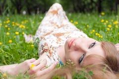 La mujer de sueño en una hierba Imagenes de archivo