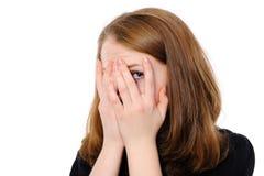 La mujer de Yong oculta su cara a través de los dedos, fotos de archivo libres de regalías