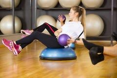 La mujer dedicada entrena al ejercicio abdominal para la fuerza de la base Fotografía de archivo libre de regalías