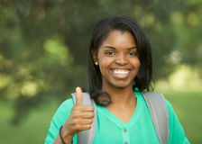 La mujer del afroamericano manosea con los dedos para arriba Imágenes de archivo libres de regalías