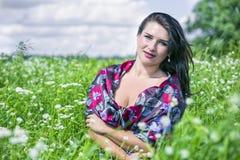 La mujer del amor de la naturaleza en campo de flor se vistió en paño colorido Imagen de archivo libre de regalías