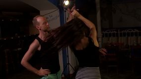 La mujer del baile gira, da vuelta muy rápidamente metrajes