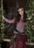 La mujer del boho del hippie de la belleza presenta en un fondo de madera Fotografía de archivo libre de regalías