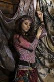 La mujer del boho del hippie de la belleza presenta en un fondo de madera Fotografía de archivo