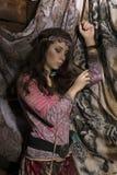 La mujer del boho del hippie de la belleza presenta en un fondo de madera Foto de archivo libre de regalías