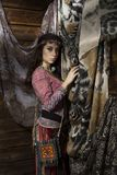 La mujer del boho del hippie de la belleza presenta en un fondo de madera Foto de archivo