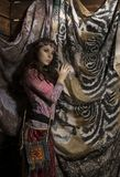 La mujer del boho del hippie de la belleza presenta en un fondo de madera Imagen de archivo