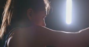 La mujer del boxeador en vendajes rojos en las manos de y la camiseta azul conduce batalla con de practicar la velocidad y la t?c almacen de metraje de vídeo