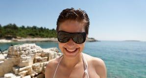 La mujer del buceador no puede ver debido al sol Fotografía de archivo libre de regalías