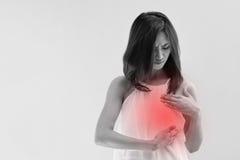 La mujer del cáncer de pecho examina su pecho Imágenes de archivo libres de regalías