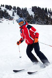 La mujer del esquí gira la cuesta Fotos de archivo libres de regalías