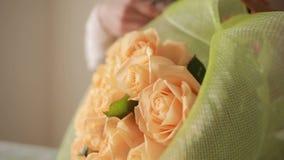La mujer del florista recolecta un ramo ramo grande apacible de rosas del melocotón almacen de video