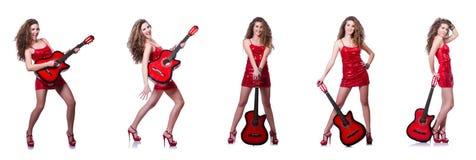 La mujer del guitarrista aislada en blanco fotografía de archivo
