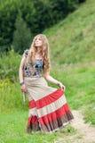 La mujer del hippie en una falda Imagenes de archivo
