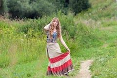 La mujer del hippie en una falda Imágenes de archivo libres de regalías