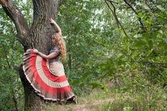 La mujer del hippie y de un árbol Fotos de archivo